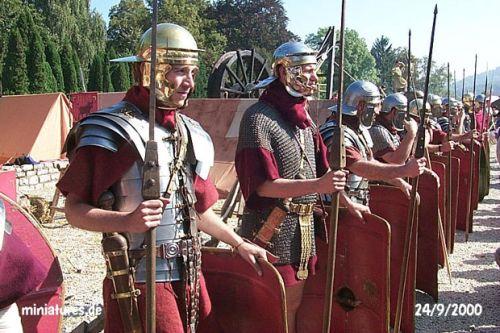 Roman armor: Lorica segmentata vs older chain mail armor